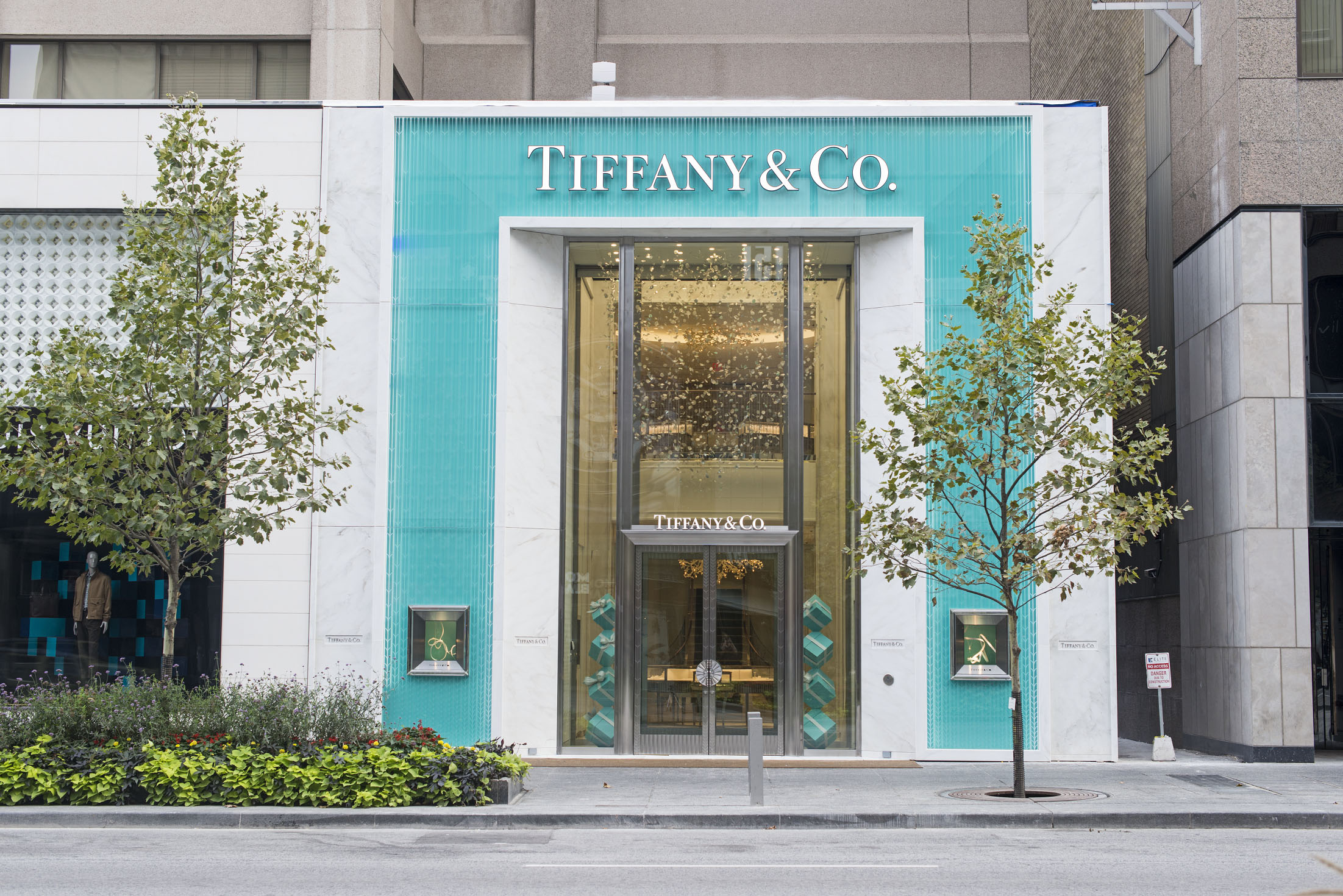 We have the highest quality custom engagement rings and custom diamonds in the world, sourcing from the same cutters and polishers as some ultra-high end retailers, like Tiffany & Co., at 50 - 80% less than jewellery store prices.