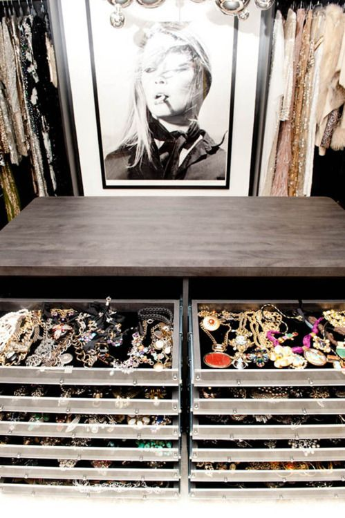 Lots_Of_Jewellery_Closet_Drawers_Storage