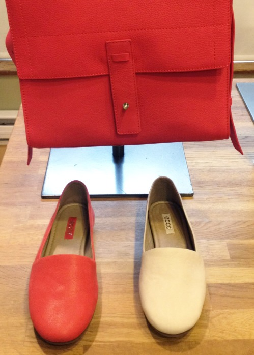 ecco_shoes_handbag_red_white_flats