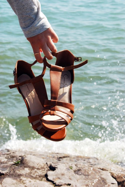 Jessica-Simpson-Brown-Wedges-From-Le-Chateau